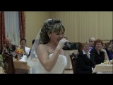 Красиво поёт невеста.